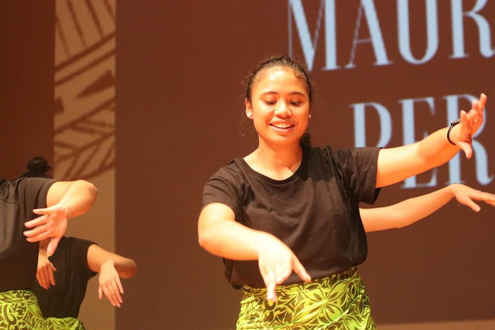 Mee Hwa Atimalala performing a Samoan siva