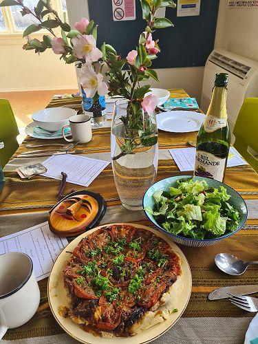Tarte Tatin au tomates avec une salade verte