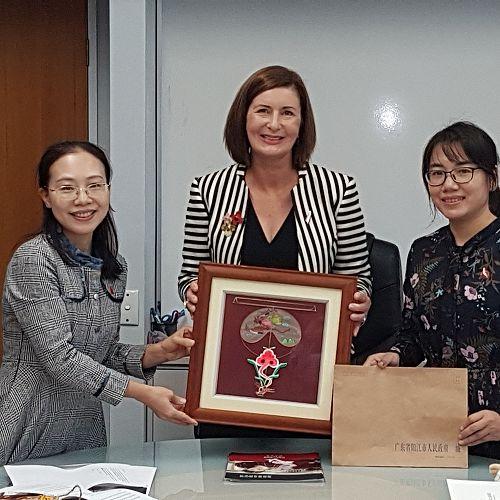 Mayor Rachel Reese receives gift fromLiangyang Senior High School